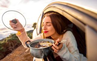 Kobieta z jedzeniem w samochodzie