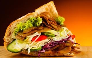 Kebab na stole z mięsem i warzywami.
